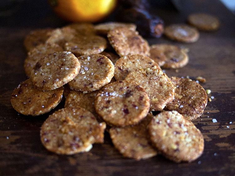 Biscuits d'amandes aux dattes, à l'orange et au sel de mer