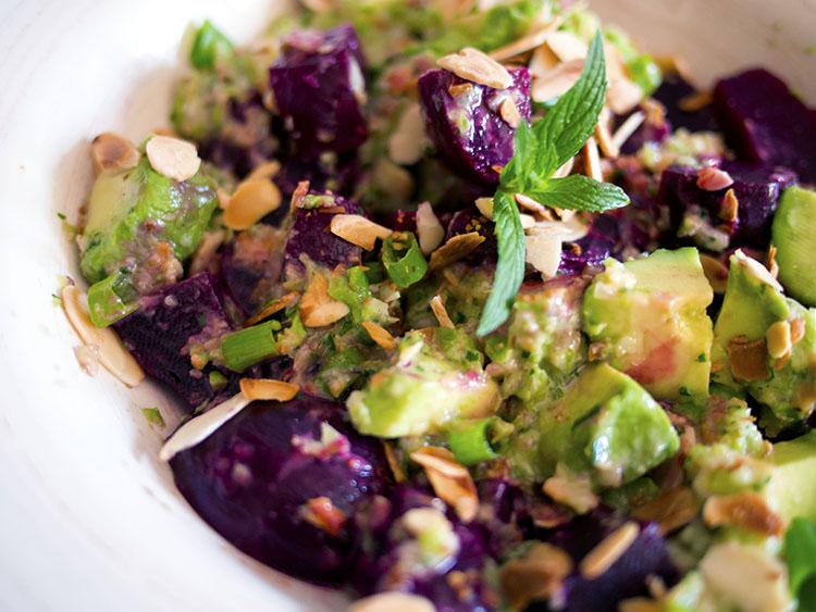 Salade crémeuse de betteraves à l'avocat et à la menthe
