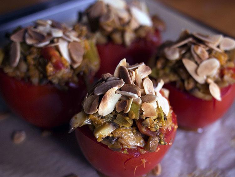 Tomates farcies aux poireaux et aux champignons