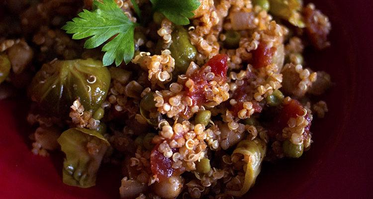 Salade de quinoa aux pétales de choux de Bruxelles et aux petits pois