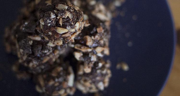 Truffes pimentées au chocolat noir et aux amandes grillées