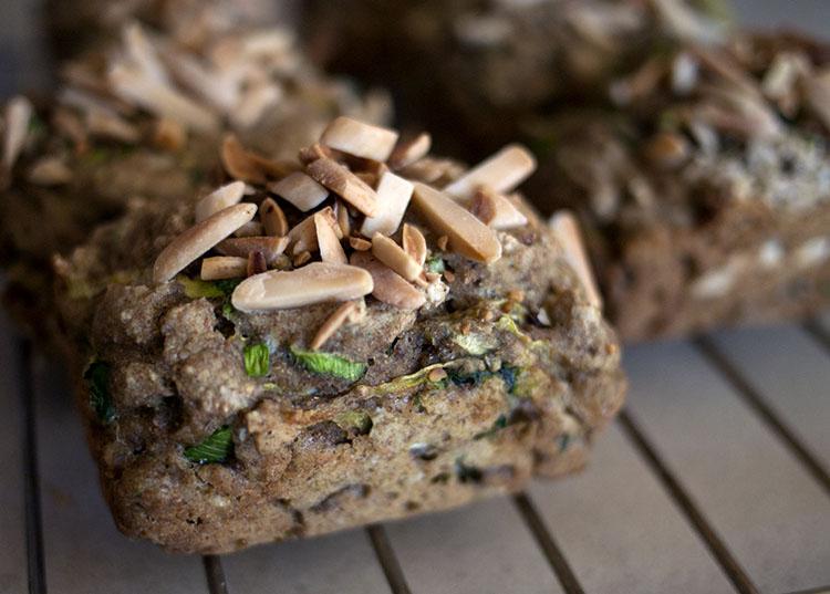 Petits pains de blé entier aux olives et aux oignons verts