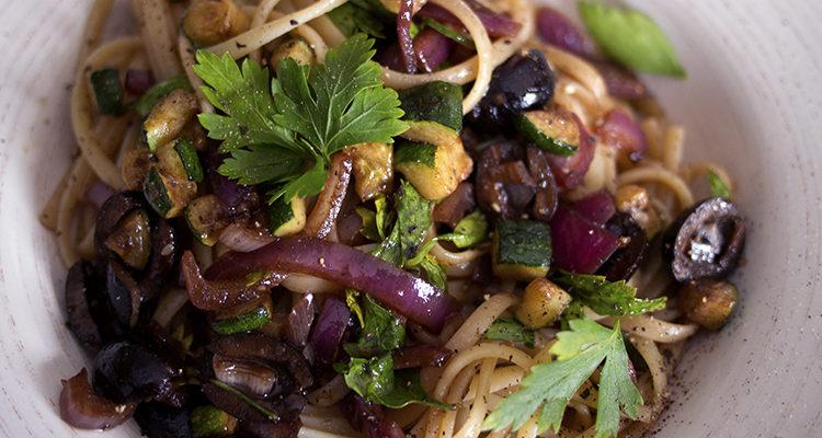 Linguine aux oignons rouges, aux olives et aux pépites de courgettes