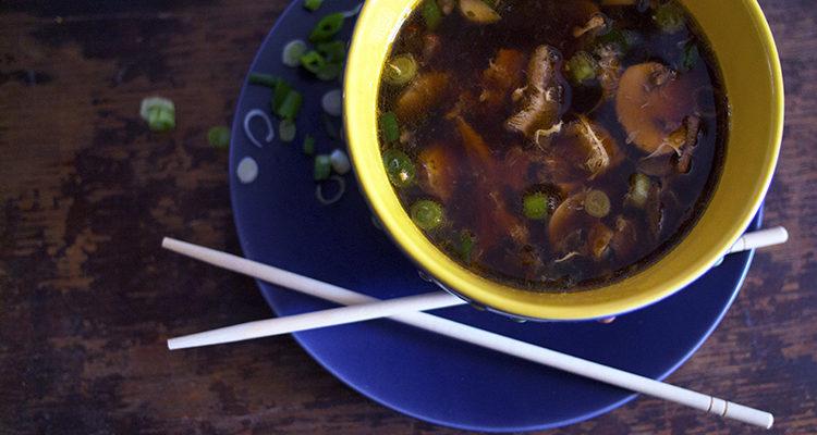 Soupe aigre-piquante au « poulet » et aux champignons