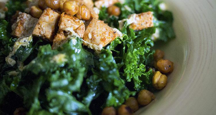 Salade de chou kale au tofu citronné et croutons de pois chiches