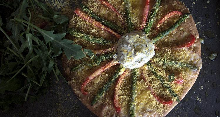 Pizza à l'ail et aux asperges + sauce aux artichauts