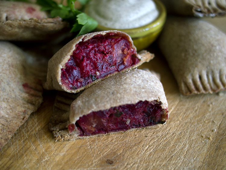 Pierogi aux betteraves et aux pommes de terre + crème de cajou à l'aneth