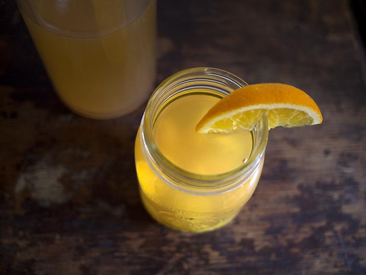 Thé glacé d'orge à l'orange