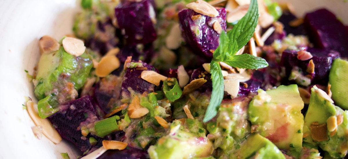 Salade de betteraves et d'avocat + pesto à la menthe